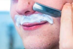 Comment se raser la moustache pour une femme ?